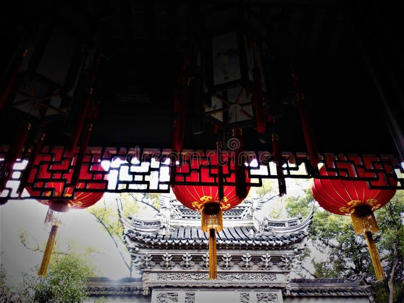 Linternas colgantes chinas rojas, edificios tradicionales y luz fotos de archivo libres de regalías