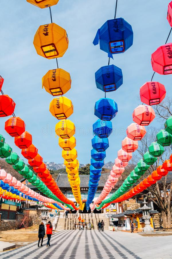 Linternas coloridas en el templo de Donghwasa, Daegu, Corea imagen de archivo libre de regalías