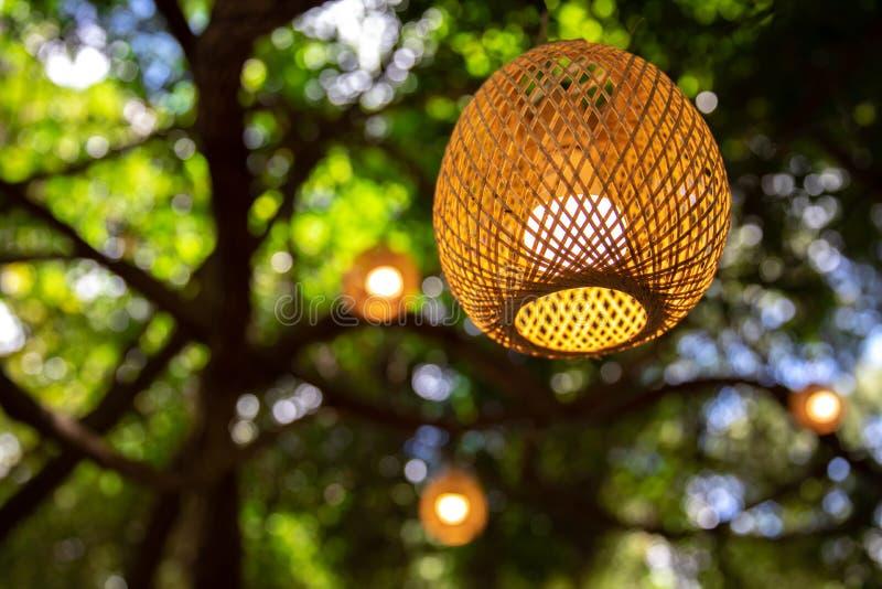 Linternas de bamb? que cuelgan en la noche, linternas de bamb?, linterna del vintage imagen de archivo