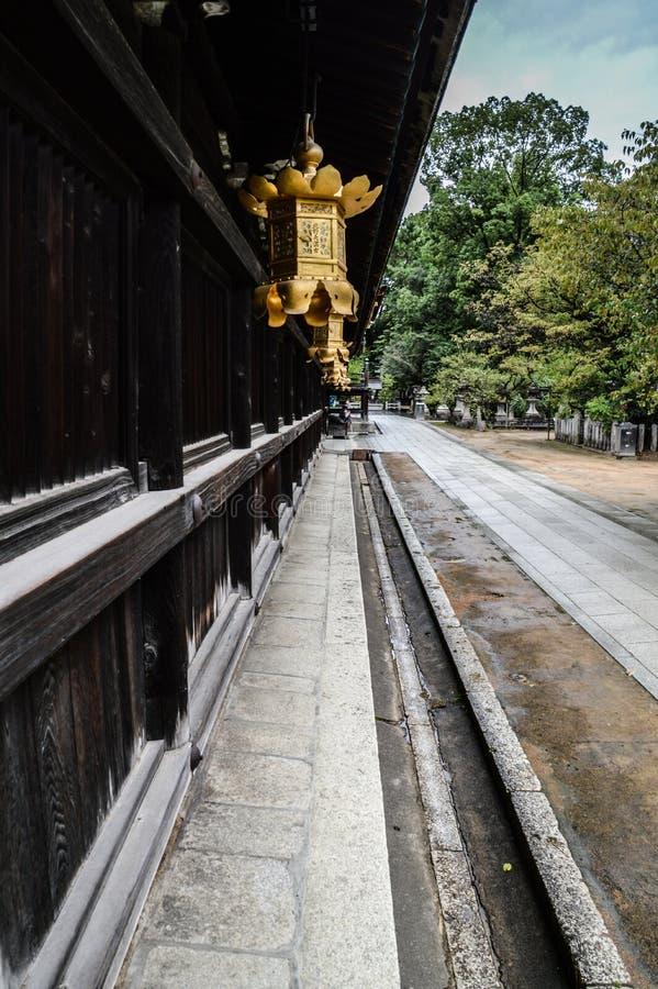 Linternas de oro en la capilla Kyoto Japón 2015 de Kitano- Tenmangu fotografía de archivo