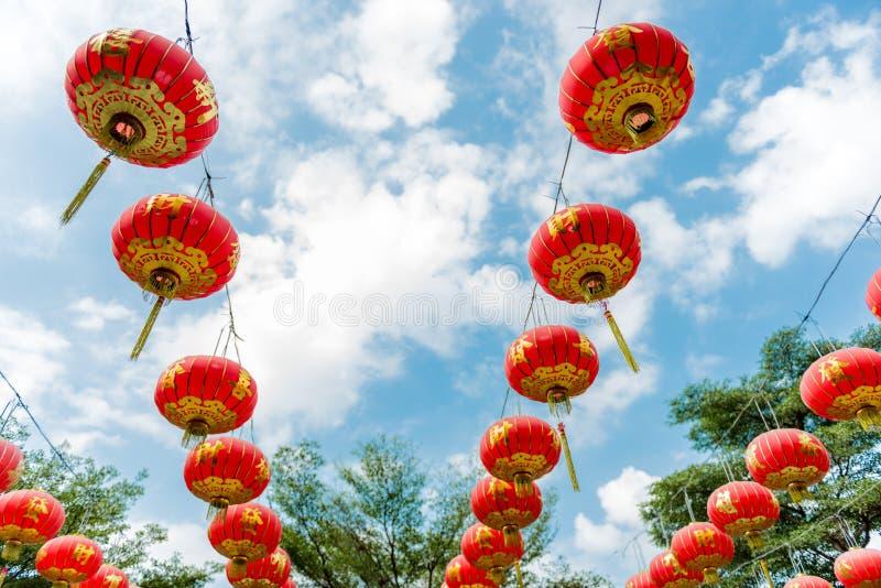 Linternas de papel chinas contra un cielo azul foto de archivo libre de regalías