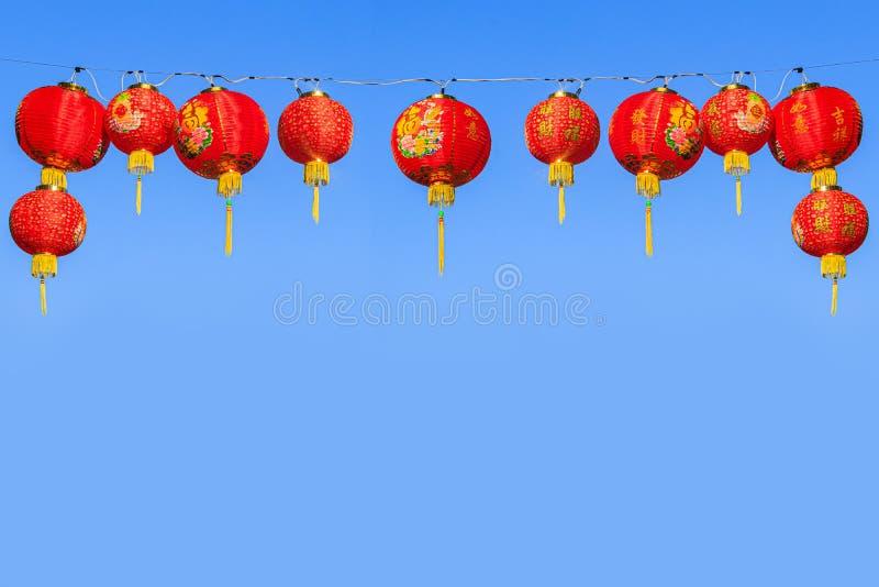 Linternas de papel chinas rojas contra el cielo azul fotos de archivo