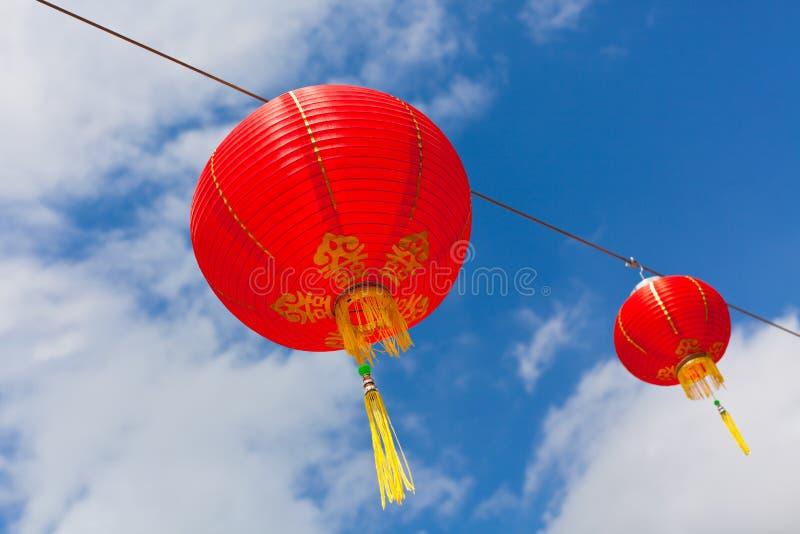 Linternas de papel chinas rojas contra un cielo azul fotos de archivo libres de regalías