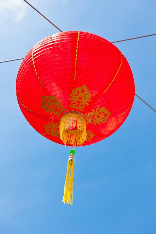Linternas de papel chinas rojas contra un cielo azul imágenes de archivo libres de regalías