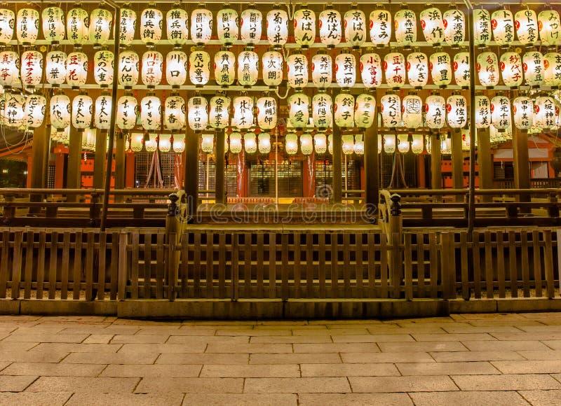 linternas de papel de la noche de la capilla de Yasaka, Kyoto, Japón fotos de archivo libres de regalías
