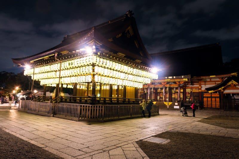 linternas de papel de la visita de los turistas en la capilla de Yasaka, Kyoto fotografía de archivo libre de regalías