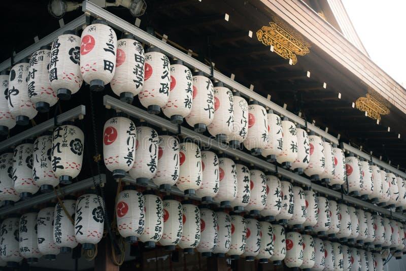 Linternas de papel en la capilla de Yasaka en Kyoto, Japón imagenes de archivo