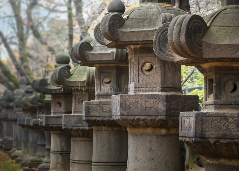 Linternas de piedra de la capilla de Toshogu en el parque de Ueno en Tokio imagenes de archivo