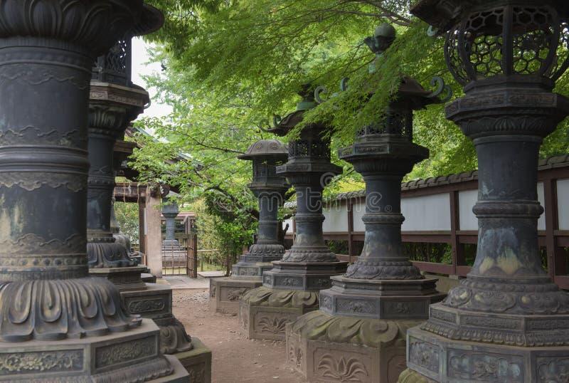 Linternas de piedra en el parque de Ueno Tokio Japón viaje Asia imagenes de archivo