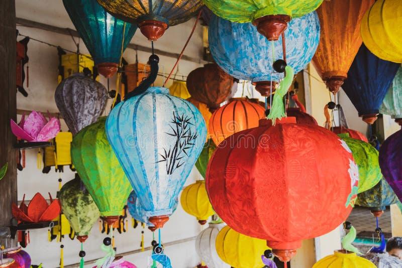 Linternas de seda asi?ticas Linternas de seda vietnamitas coloreadas imágenes de archivo libres de regalías