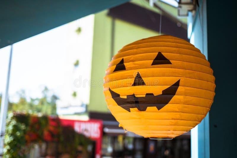 Linternas decorativas bajo la forma de calabazas por la tarde, Halloween fotografía de archivo libre de regalías