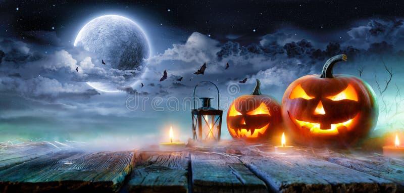 Linternas del €™ de Jack Oâ que brillan intensamente en el claro de luna en la noche fantasmagórica stock de ilustración