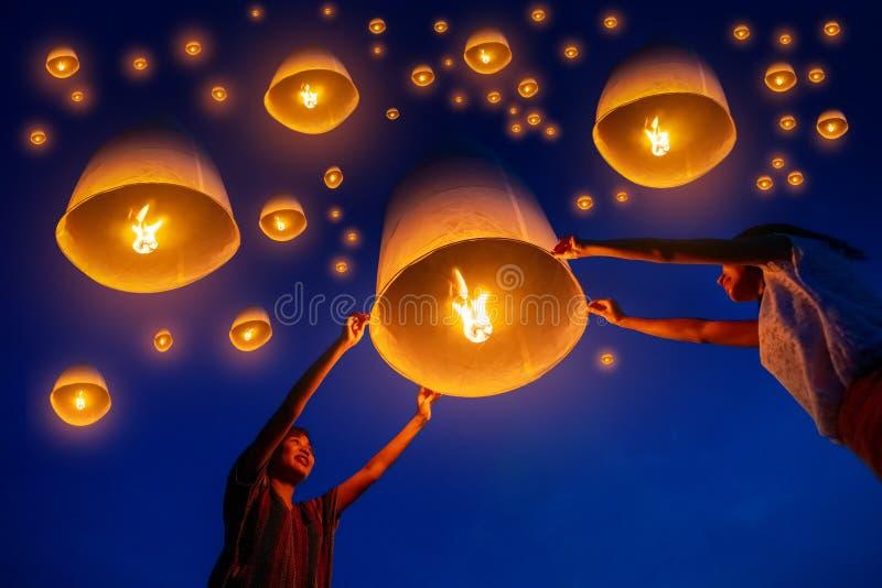 Linternas del cielo del lanzamiento de la familia del tailandés para adorar las reliquias de Buda en el festival de yi peng, Chia imágenes de archivo libres de regalías