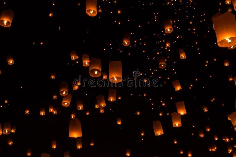 Linternas del cielo, linternas que vuelan imagen de archivo