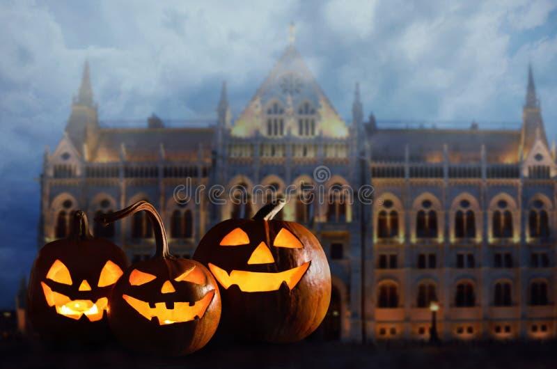 Linternas del enchufe de la cabeza de la calabaza de Halloween delante del castillo fantasmagórico antiguo imágenes de archivo libres de regalías