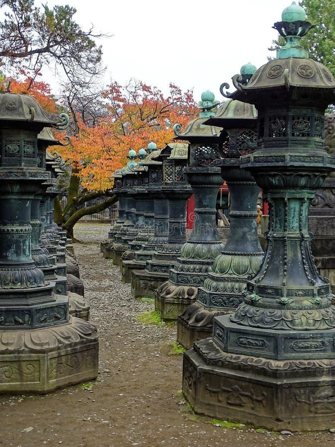 Linternas del hierro en la capilla de Toshugo, Tokio imagen de archivo