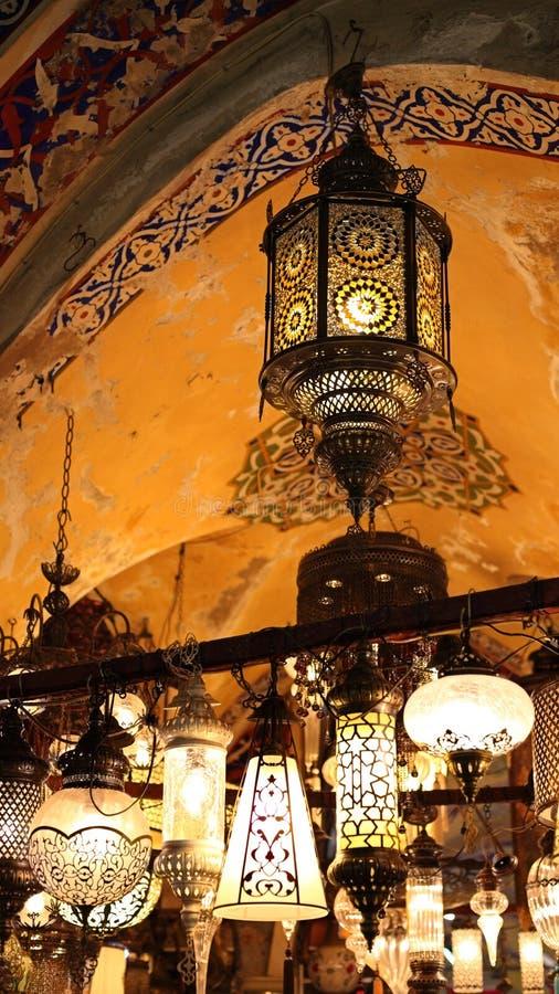 Linternas en el bazar magnífico (Turquía) imagenes de archivo