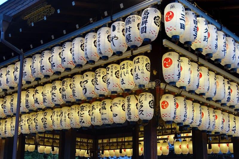 Linternas en la capilla antigua de Yasaka en Kyoto, Japón fotografía de archivo