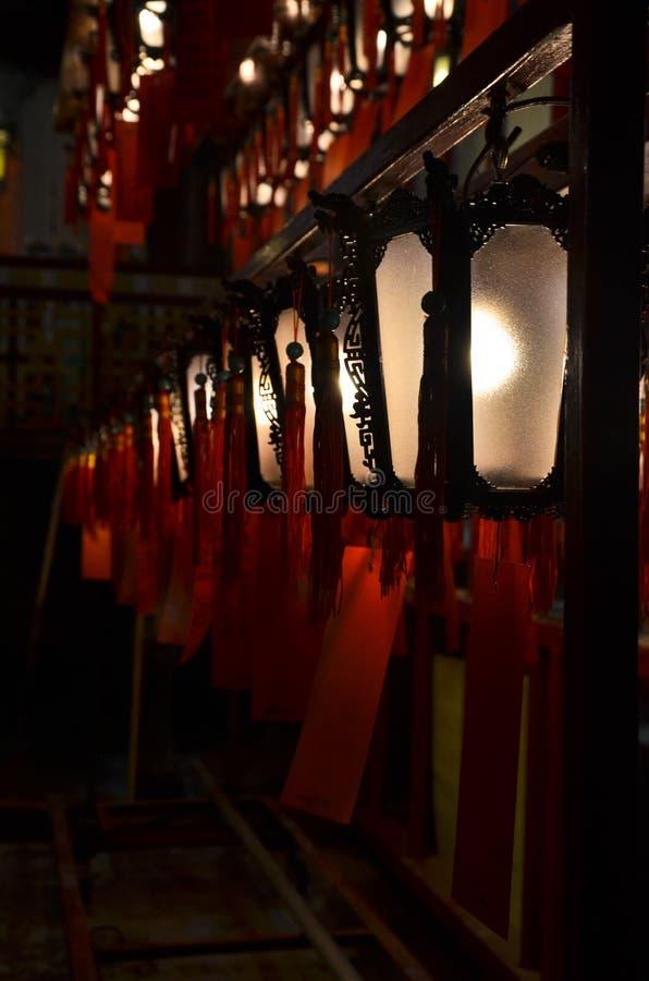 Linternas en un templo imágenes de archivo libres de regalías