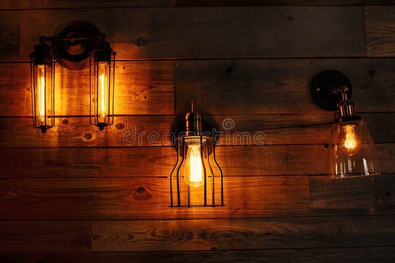 Linternas en una pared de madera imagen de archivo libre de regalías