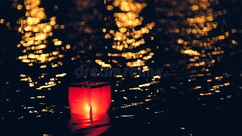 Linternas flotantes de la agua ligera en el río en la noche imágenes de archivo libres de regalías