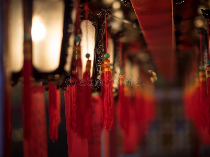 Linternas hermosas en el templo budista foto de archivo