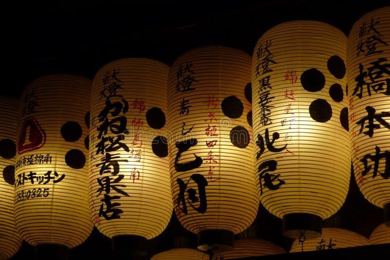 Linternas japonesas blancas con kanji en la noche foto de archivo