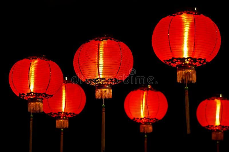 Linternas rojas chinas en la noche foto de archivo