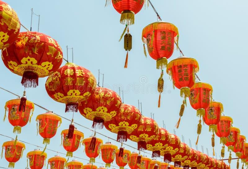 Linternas rojas chinas que cuelgan en el cielo azul fotos de archivo libres de regalías
