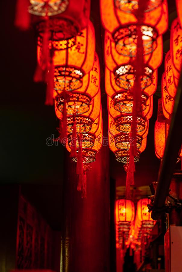 Linternas rojas chinas que cuelgan en Hong-Kong en la noche fotografía de archivo