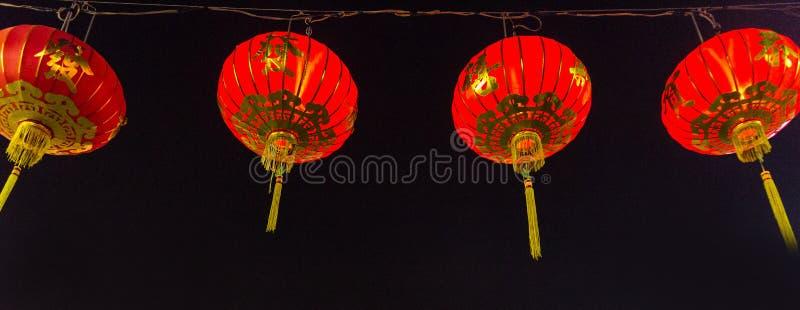 Linternas rojas chinas que cuelgan en la calle para la decoración foto de archivo