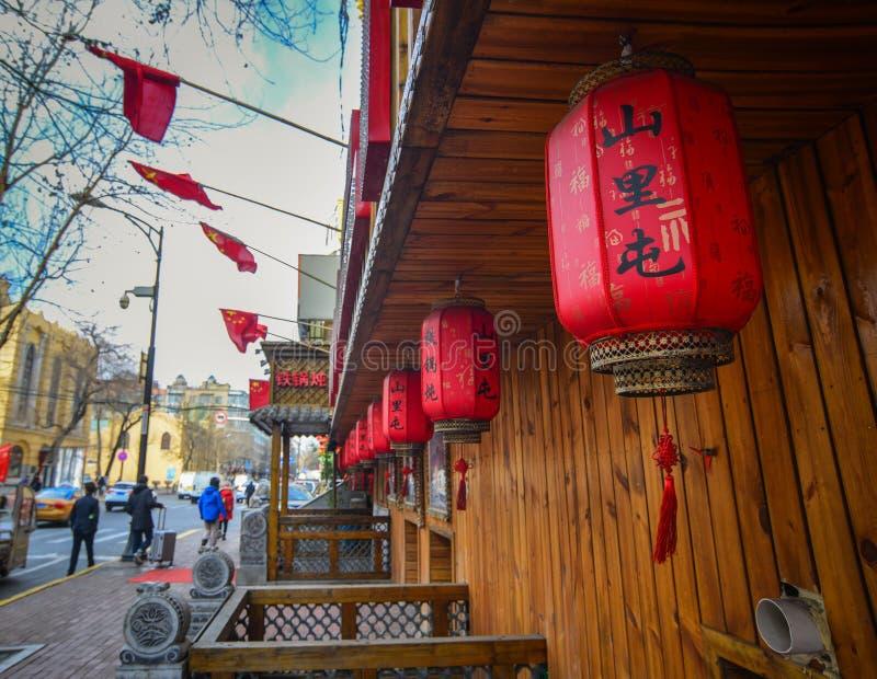 Linternas rojas en la calle imagen de archivo libre de regalías