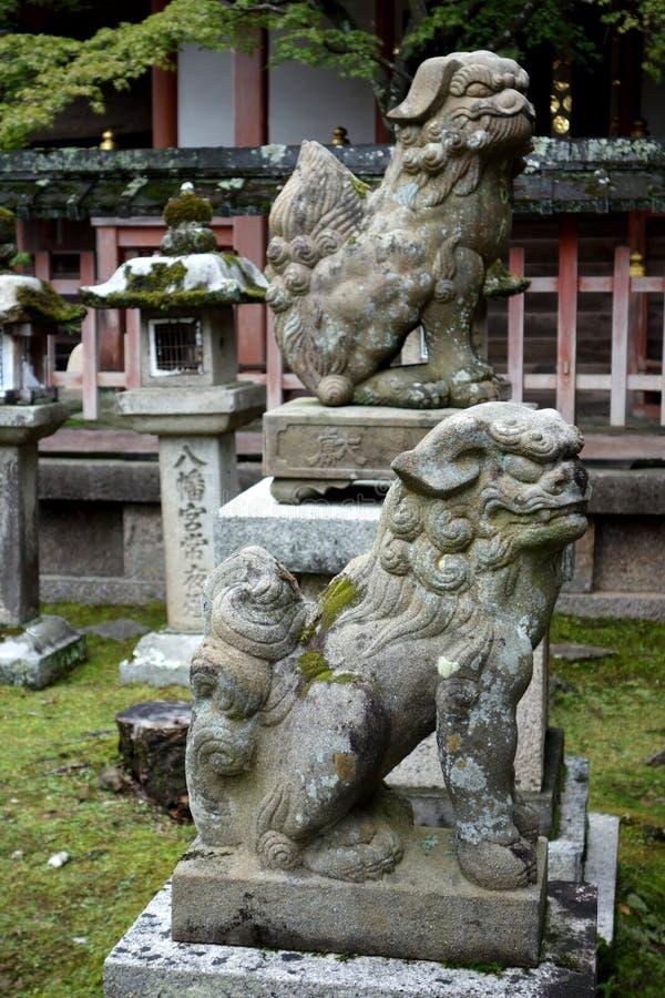 Linternas y figuras de piedra, Nara, Japón fotos de archivo