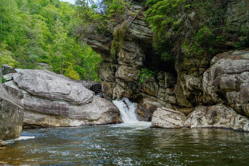 Linville siklawy Rzeczny spływanie w wiośnie obrazy stock