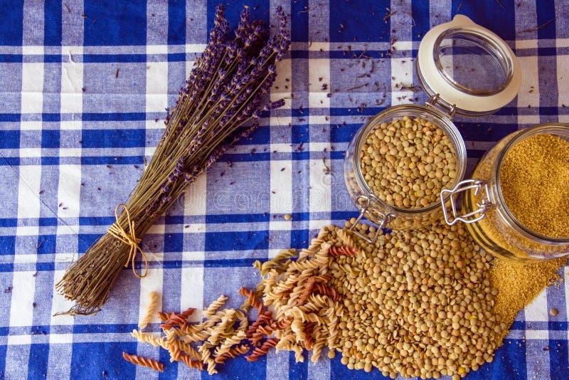 Linzen, kouskous, deegwaren en lavendel op de lijst stock afbeelding