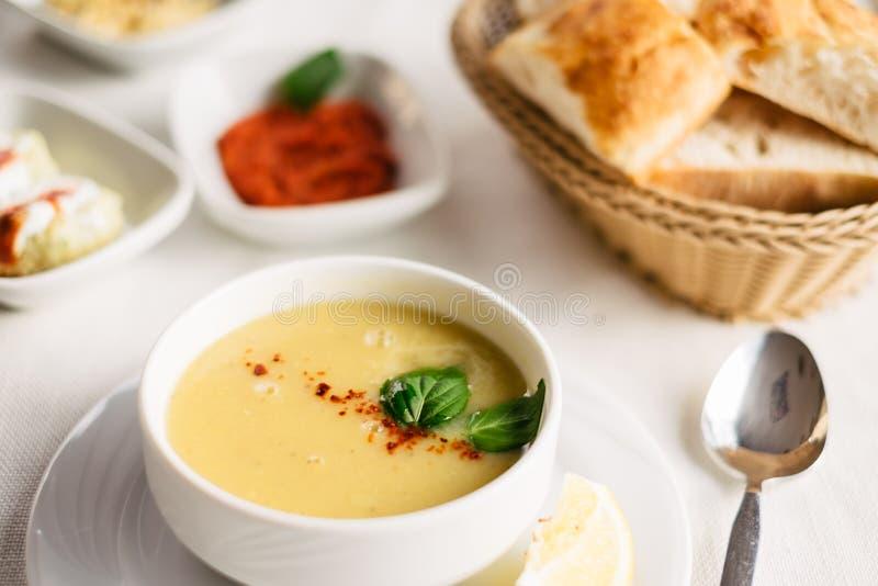 Linzensoep op de lijst in Turks restaurant wordt gediend dat royalty-vrije stock fotografie