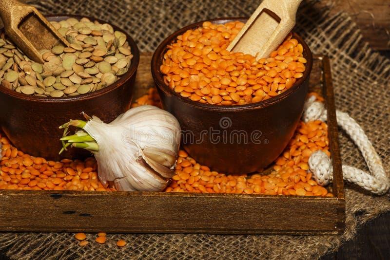 Linzenzaden op een houten lijst met jute Zaden van rode en groene dieetsupplementen van linzen Nuttige linzen van legum stock foto's