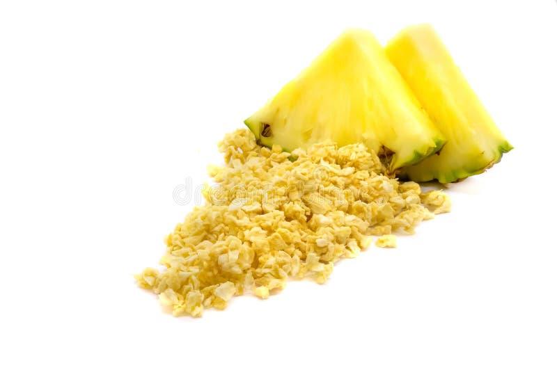Liofilizujący i świeży ananasowy ananas na białym tle fotografia stock