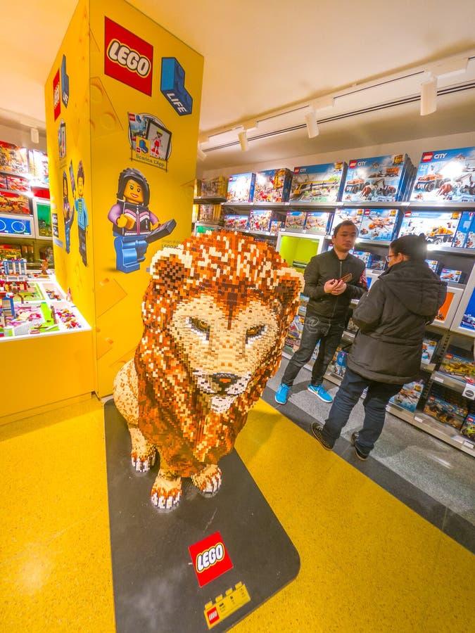 Lion乐高国王垂直的雕象 库存图片