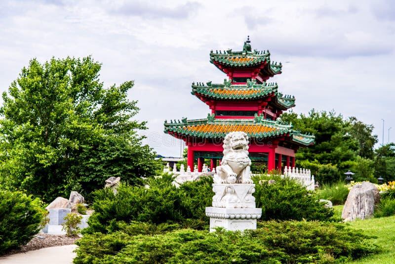 Lion chinois et pagoda japonaise Zen Garden de gardien image stock