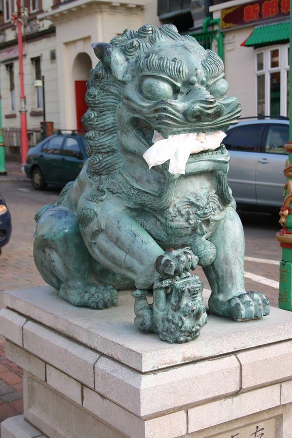 Lion chinois mangeant le traiteur photos stock