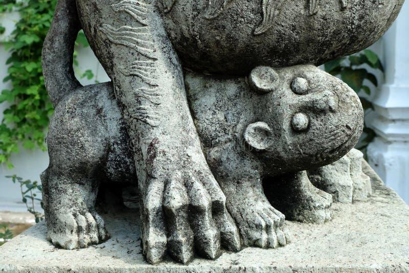 Lion Cub Statue antique devant l'entrée de temple photographie stock