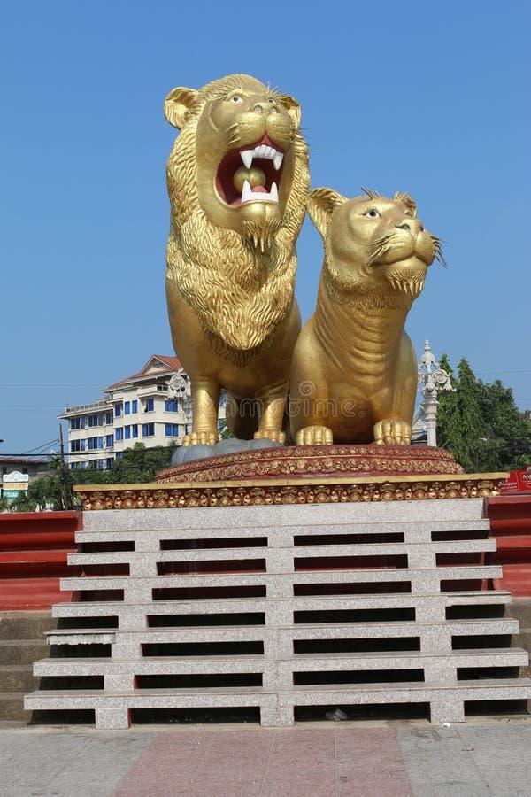 Lion d'or dans Sihanoukville photos stock