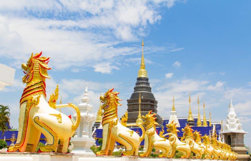 Lion d'or gardant la pagoda, Chiang Mai photos stock