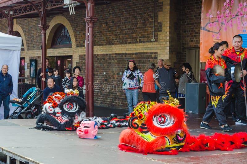 Lion Dance Costumes en festival del Mooncake, Melbourne imagenes de archivo