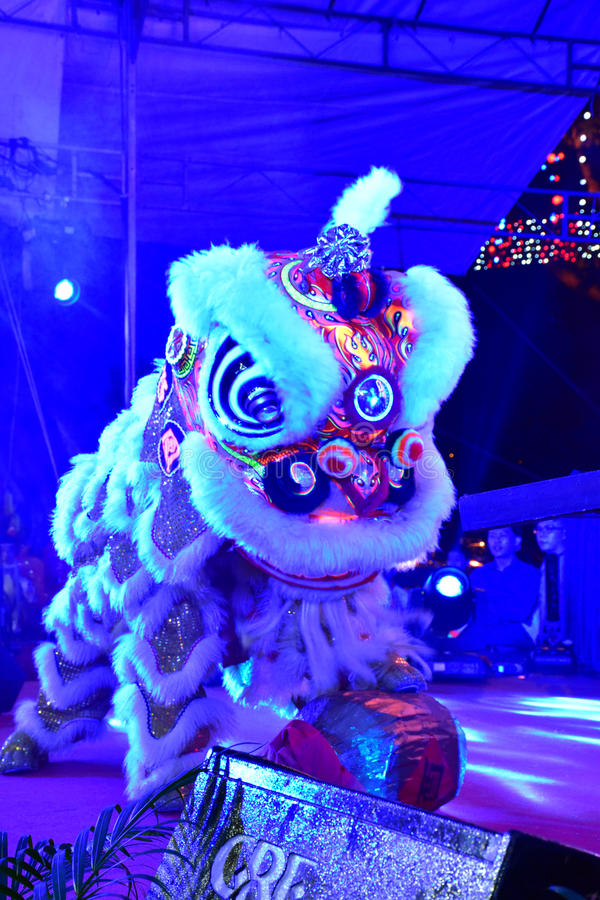 Lion Dance cultural em Illuminence foto de stock royalty free