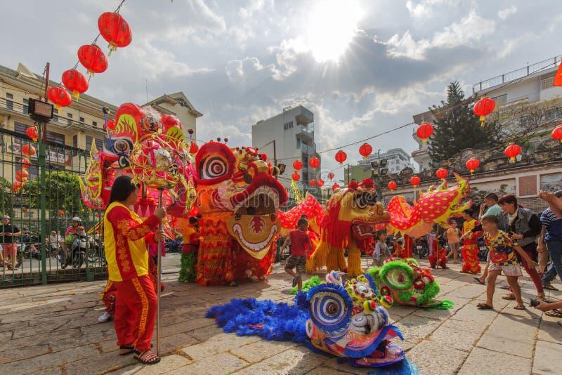 Lion Dance do sul na cerimônia de inauguração do olho, pagode da senhora Thien Hau, Vietname imagens de stock