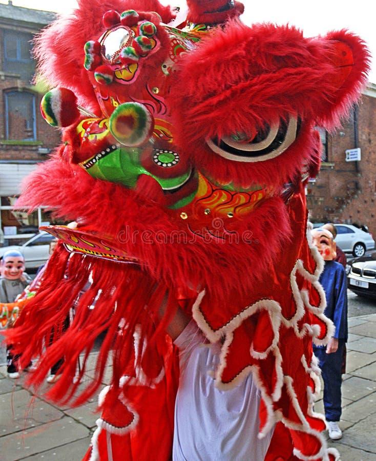 Lion Dancers met Gelukkige Buddhas bij viering van Chinees Nieuwjaar in Blackburn Lancashire royalty-vrije stock foto's