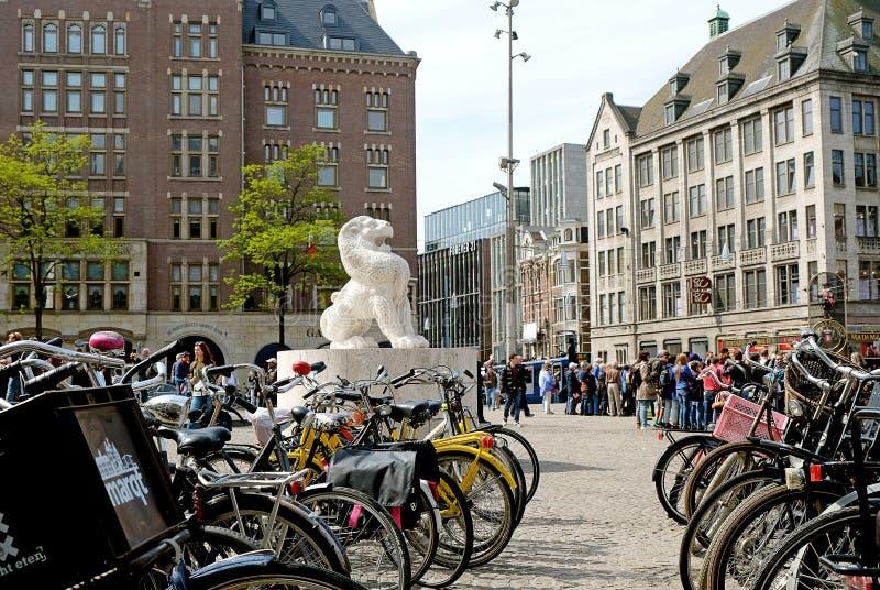 Lion dans la place de barrage à Amsterdam image stock