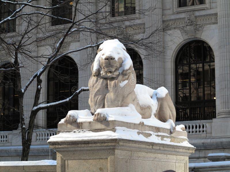 Lion de bibliothèque publique de New York en hiver images libres de droits